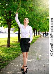 ville, marche, affaires femme, parc, jeune, vert, heureux