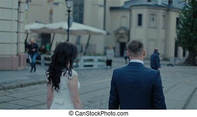ville, marche, attrapé, jeune, main, couple