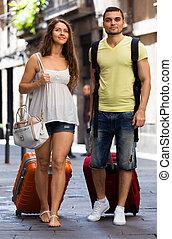 ville, marche, bagage, jeune, paire, heureux