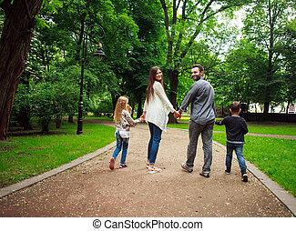 ville, marche, famille, parc, vert, tenant mains, heureux