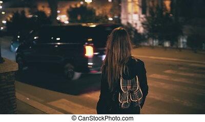 ville, marche, femme, centre, sac à dos, tard, brunette, par, night., va, girl, evening., route, séduisant