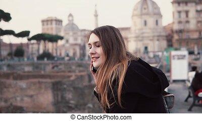 ville, marche, femme, forum., centre, italy., jeune, conversation, romain, téléphone., femme, voyageur, girl, explorer