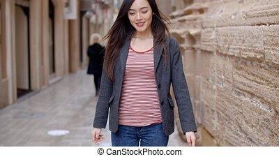 ville, marche, femme, jeune, ruelle, par
