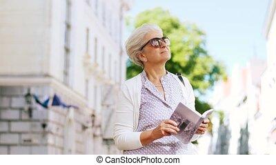 ville, marche, femme, touriste, ou, personne agee, guide