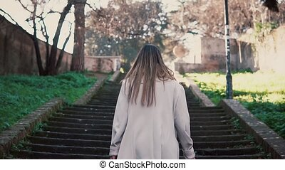 ville, marche, femme, vieux, escaliers., dépenser, jeune, vacances, rue, escalade, élégant, girl, europe.