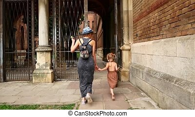 ville, marche, fille, rue., elle, maman, vieux