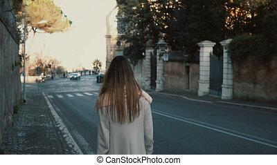 ville, marche, route, centre, jeune, long, dos, day., aller, femme, vue, cheveux, apprécier, dame, alone.