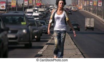 ville, milieu, appareil photo, vient, girl, autoroute