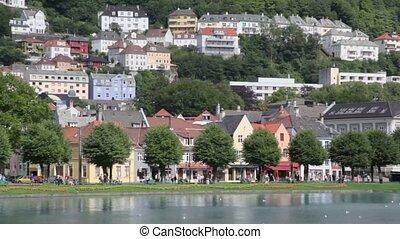 ville, montagne, premier plan, lac, rue, trafic, sous