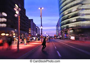 ville, occupé, voitures, nuit, mouvement brouillé, réverbère