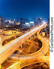 ville, passage supérieur, soir