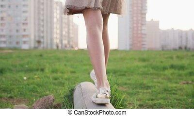 ville, pelouse, jambes, bûche, peu, marche, saut, béton, girl, herbe