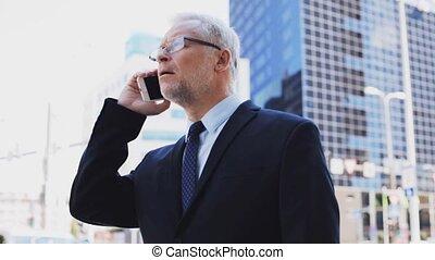 ville, personne agee, smartphone, homme affaires, appeler