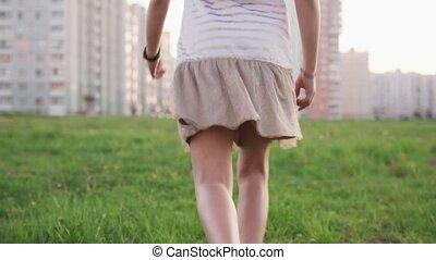 ville, peu, été, pelouse, courant, girl, herbe, jour