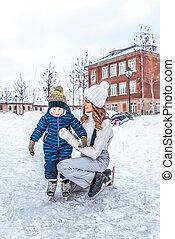 ville, peu, vieux, hiver, elle, garçon, stay., garde, skates., 4-6, années, premier, sourire, étapes, aides, mère, skating., fils, rink., heureux
