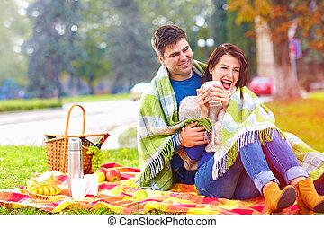 ville, pique-nique, couple, parc, automne, apprécier, heureux