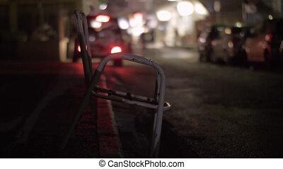 ville, premier plan, rue, grungy, chaise, night.