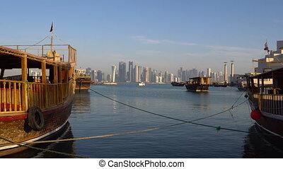 ville, qatar, gratte-ciel, doha, bois, coup, moderne, corniche, traditionnel, milieu, horizon, east., bateaux, broadway, qatar, jour, vue