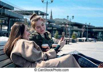 ville, regard, asseoir, étudiants, parc, deux, banc, gadgets, génération, femme, smartphone.