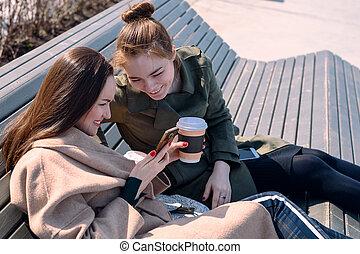 ville, regard, asseoir, étudiants, parc, deux, banc, gadgets, génération, smartphone.