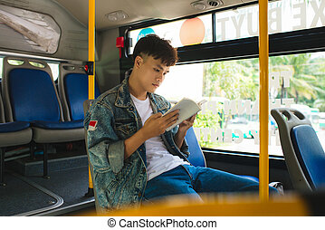 ville, séance, autobus, jeune, book., lecture, homme