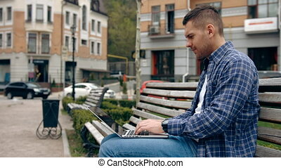 ville, séance, bois, ordinateur portable, jeune, banc, sourire., au-dessus, homme affaires, beau
