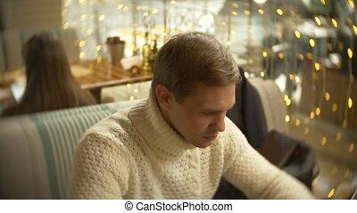 ville, séance, chandail, jeune, contre, blur., fenêtre., fond, homme, utilisation, blanc, café, smartphone, beau