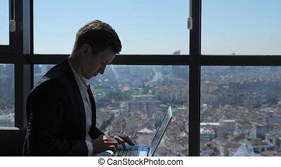 ville, séance, ordinateur portable, dactylographie, ouvrier, panoramique, fenêtre, ofiice, complet, vue.