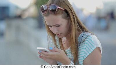 ville, séance, téléphone, sérieusement, remblai, utilisation, girl, intelligent