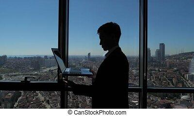 ville, sien, silhouette, fonctionnement, ordinateur portable, panoramique, fenêtre, homme affaires, vue.