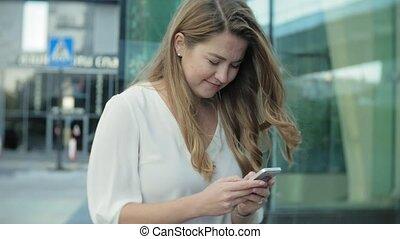 ville, smartphone, centre, business, femme affaires, parc, jeune, conversation, utilisation