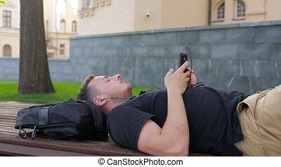 ville, smartphone, heureux, musique, homme, écouter