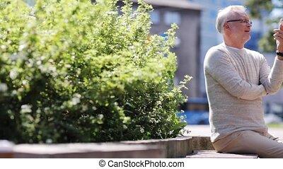 ville, smartphone, vidéo, appeler, personne agee, avoir, homme