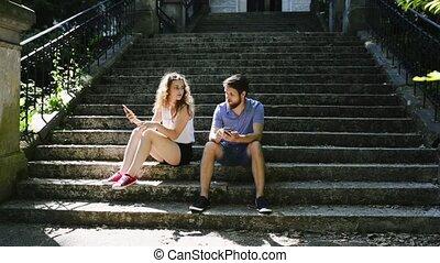 ville, smartphones, séance, couple, arguing., jeune, escalier