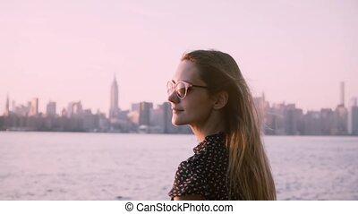 ville, souffler, lunettes soleil, regarder, motion., jeune, cheveux, lent, coucher soleil, girl, rivière, plage, caucasien, vent, heureux