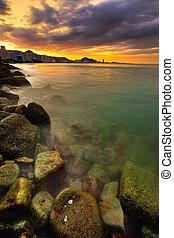 ville, sur, océan coucher soleil