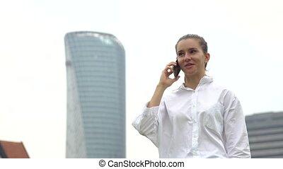 ville, téléphone, mobile, femme affaires, conversation, intelligent