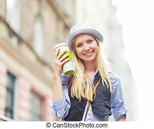 ville, tasse, jeune, boisson chaude, hipster, heureux