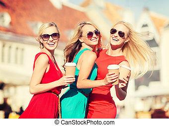 ville, tasses café, femmes, plat à emporter