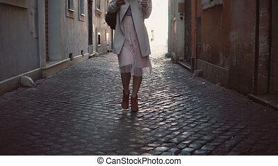 ville, ville, gros plan, femme, vieux, explorer, printemps, vue, ensoleillé, jeune, marche, rue, élégant, girl, europe., alone.