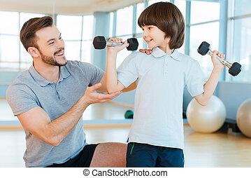 villig, till, vara, stark, och, healthy., lycklig, fader, portion, hans, sol, med, vikt, träningen, medan, båda, stående, in, vård- klubba
