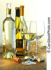 vin glasögon, flaskor, vit
