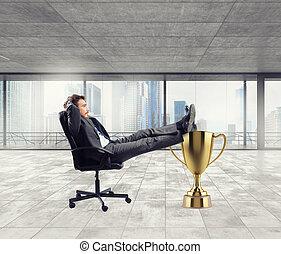 vincitore, uomo affari, rilassante, sopra, uno, dorato, tazza