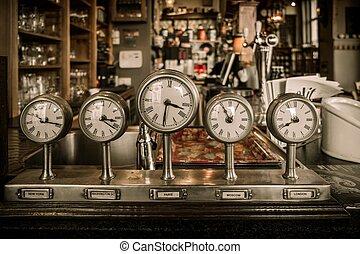vindima, clocks, ligado, um, contador barra, em, um, bar