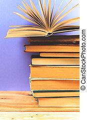vindima, livros velhos, ligado, coberta madeira, tabela