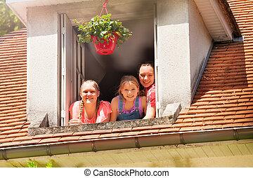 vindsvåning, flickor, tre, fönster, le, öppna