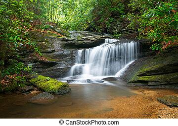 vinka blur, vattenfall, fredlig, beskaffenhet landskap, in, blåa ås fjäll, med, yppig, grönt träd, rockar, och, att flöda bevattnar