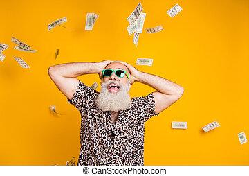 vinna, stående, titta, bakgrund, ha på sig, leopard, gul, pensionerat, chockerat, skäggig, över, braksucce, glasögon, skjorta, stinkande, isolerat, omg, rolig, gammal, skrik, seger, eyewear, stjärnfall, man, pengar