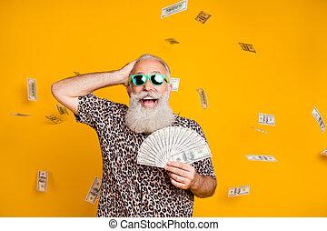 vinna, stående, titta, bakgrund, leopard, gul, lotteri, pensionerat, skäggig, över, bärande glasögon, isolerat, omg, t-shirt, rolig, gammal, skrik, eyewear, stjärnfall, man, pengar
