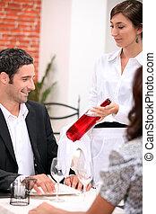 vino, camarera, actuación, un, botella de vino, a, un, cliente